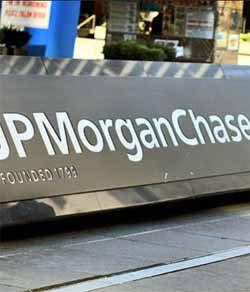 JPMorgan trimming ties to overseas banks
